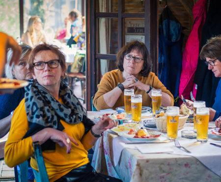 Köstliche Häppchen serviert mit Geschichten über serbische Bräuche
