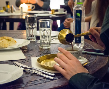 Trinken serbischer - türkischer Kaffee in Belgrad