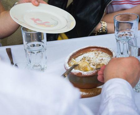 Köstliche Süßigkeit mit Walnüsse and Crème in bohemishem Stadtteil Zemun