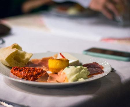 Probieren Sie eine typische serbische Vorspeise