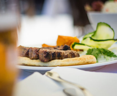 "Ćevapi – eine ""must try"" Speise in Serbien"