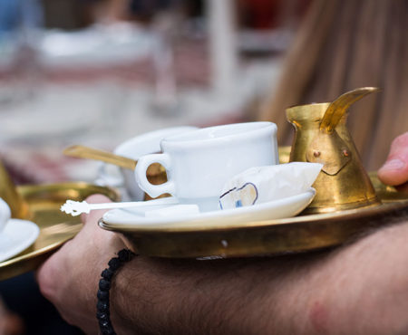 Trinken Kaffee – sehr wichtiger Brauch in Serbien