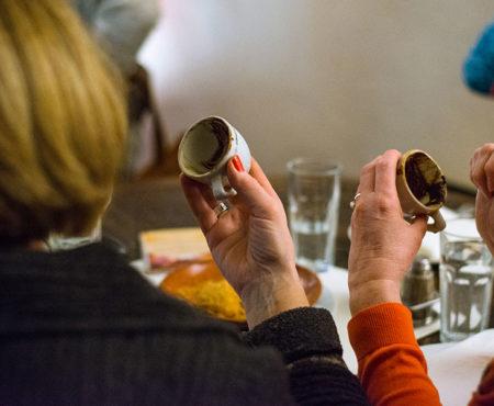 Lesen das Schicksal aus Ihrem serbischer - türkischer Kaffee